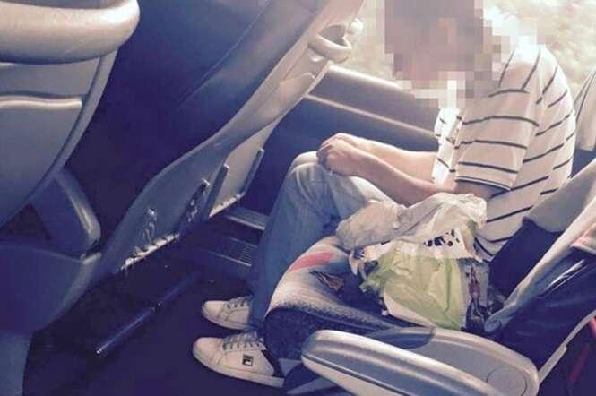 Homem é fotografado injetando droga no próprio braço dentro de ônibus