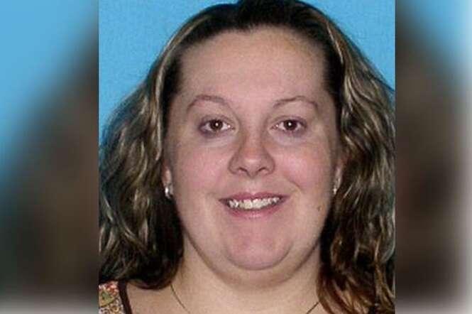 Mulher de 40 anos é presa após marido a flagrar tendo relação íntima com menino de 11 anos