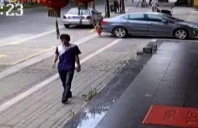 Vídeo flagra momento em que motorista atropela e passa por cima de criança na China