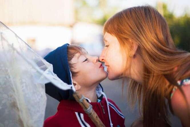 Especialista afirma que beijar os filhos nos lábios causa estímulos sexuais