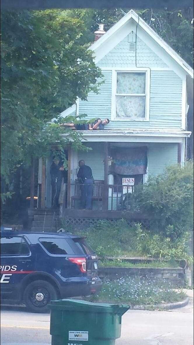 Suspeito se esconde da polícia no telhado de casa e imagem se torna viral