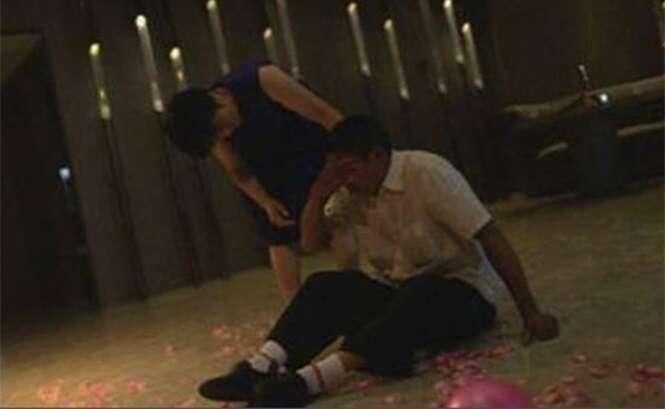 Pai ciumento entra em colapso dentro de joalheria após filha aceitar pedido de casamento de namorado