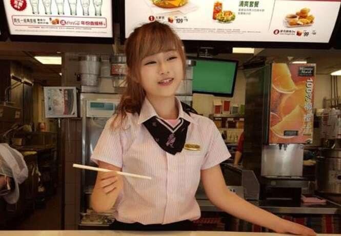 Funcionária de McDonald's com rosto de boneca atrai internautas
