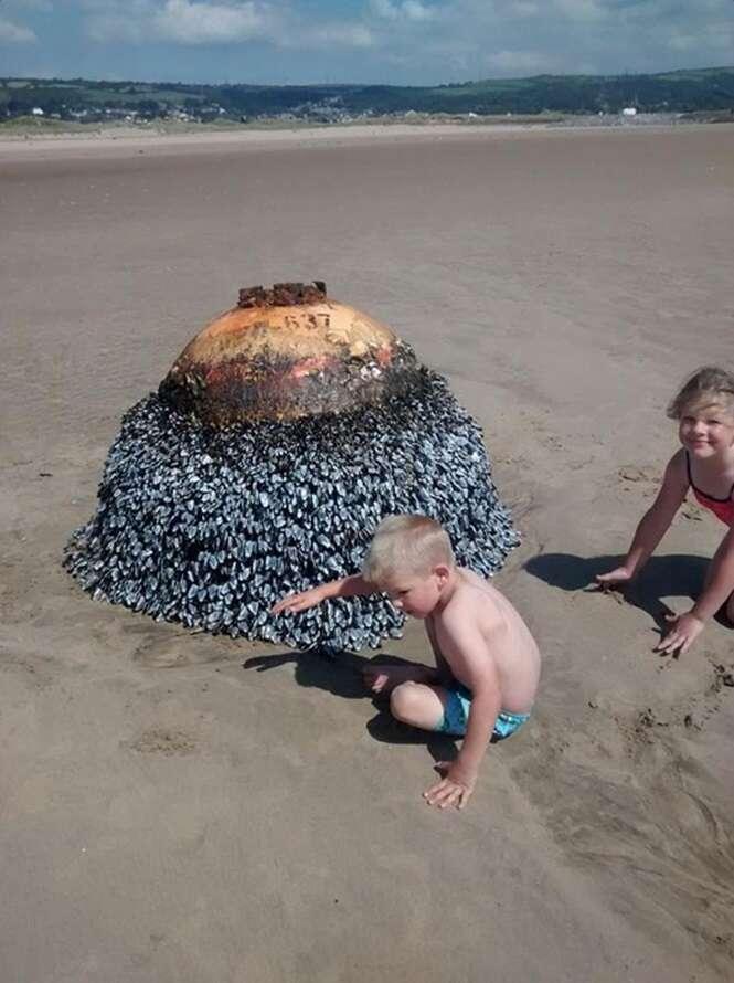 Pai permite que filhos brinquem com bomba não detonada em praia