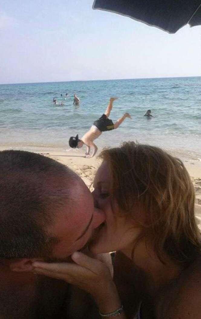 Casal pede que internautas removam criança em foto romântica e resultado se torna viral