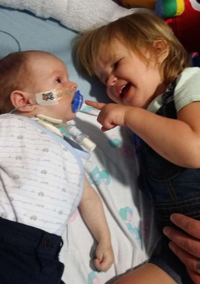 Bebê nasce com condição rara que o impede de rir ou chorar