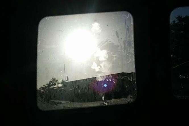 Sem-teto que dormia dentro do carro acorda e se assusta com imagem de rosto misterioso no vidro do veículo