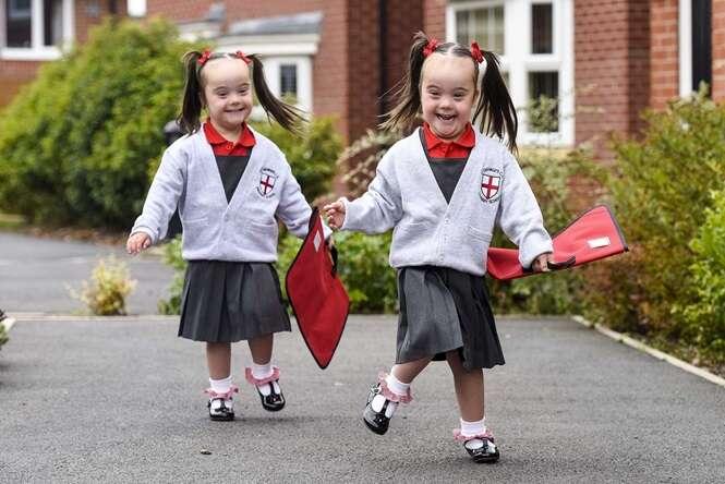 Gêmeas idênticas que nasceram com Síndrome de Down comemoraram primeiro dia em uma escola regular