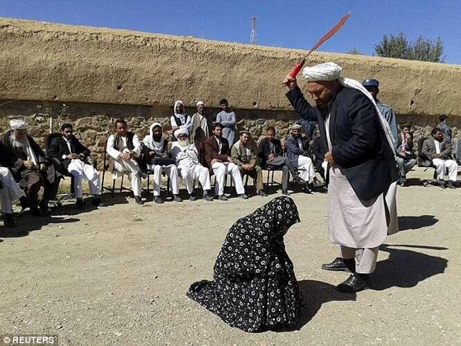 Mulher e homem acusados de adultério recebem 100 chibatadas em público