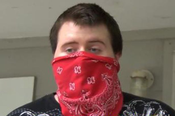 Jovem mata intruso mascarado que apontava arma para sua mãe e descobre depois que invasor era seu próprio pai