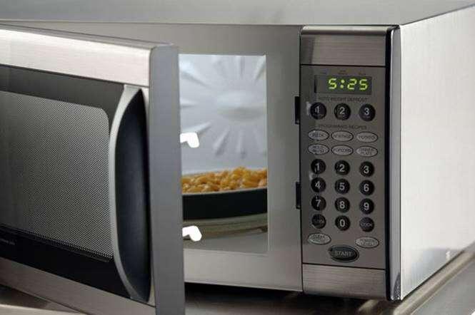 Esquentar comida no microondas