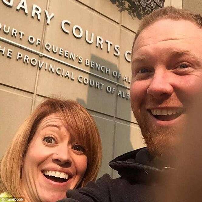 Casal tira selfie junto para comemorar divórcio na saída de tribunal