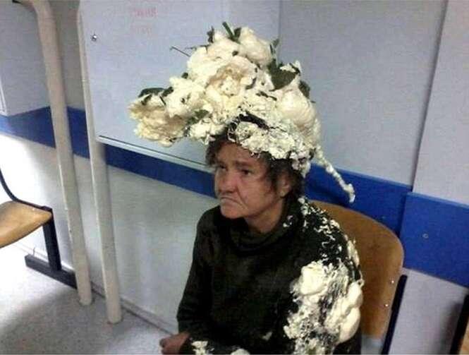 Mulher confunde lata de produto usado em construção civil com spray para cabelos e acaba em hospital