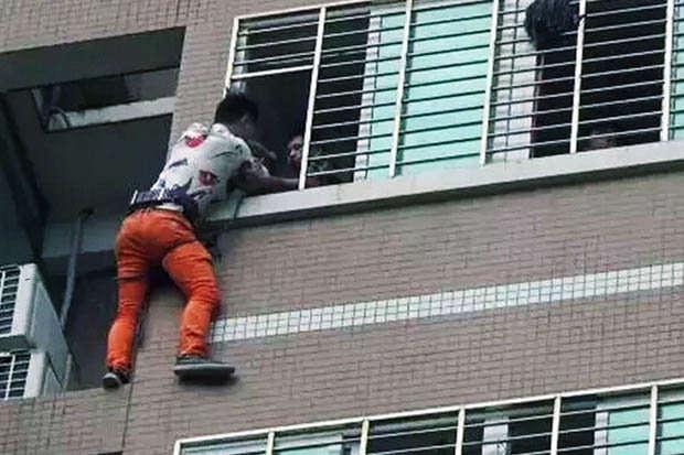 Amante passa a noite pendurado do lado de fora do 7º andar de prédio