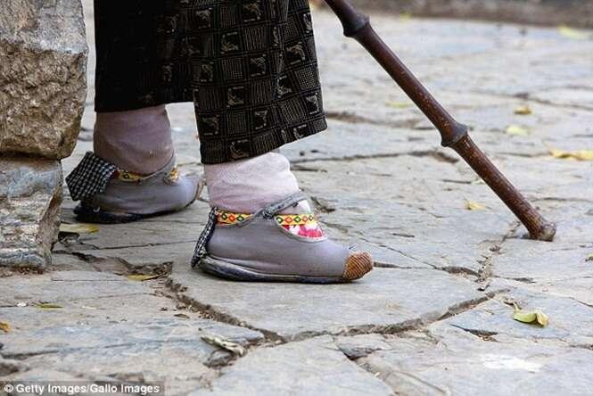 Idosa revela tradição chinesa que a fez quebrar os pés para conseguir um casamento