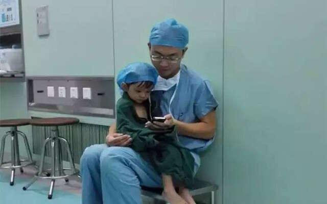 Médico conforta menina de dois anos que chorava momentos antes de passar por cirurgia