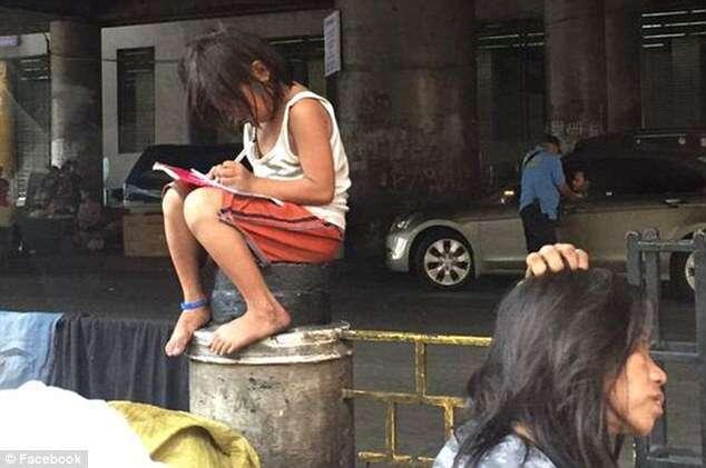 Menina sem-teto comove internautas ao ser flagrada estudando no meio da rua