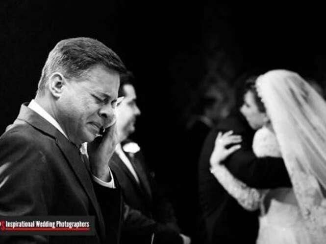 Fotos emocionantes de pais dos noivos no dia do casamento de seus filhos