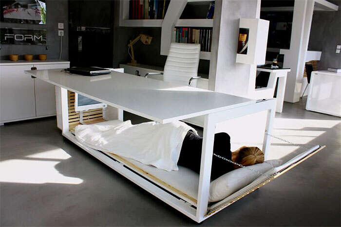 Empresa de design cria mesa que se transforma em cama
