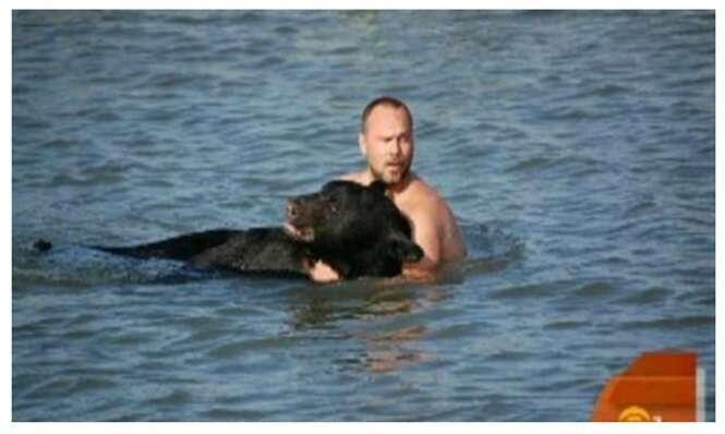 Homem arrisca a própria vida para salvar urso