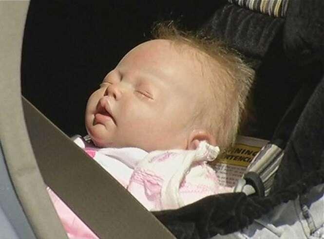 Polícia quebra vidro de carro para resgatar bebê e percebe que criança era uma boneca