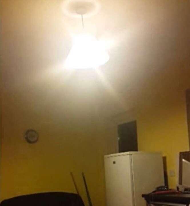 Mulher afirma que fantasma está tentando expulsá-la de casa e filma momento em que objetos começam a se mover sozinhos