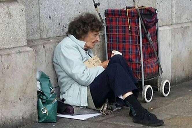 Idosa frágil é vista mendigando no meio da rua para conseguir dinheiro