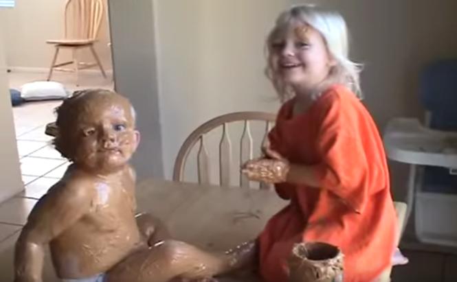 Bebê com manteiga de amendoim