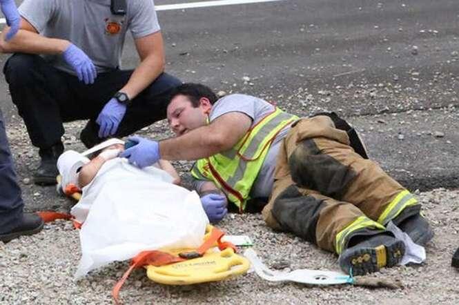 Bombeiro usa celular para distrair garotinho vítima de acidente de carro durante resgate