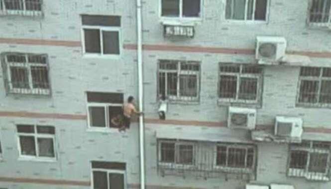 Vídeo mostra momento chocante em que homem usa esfregão para segurar criança pendurada em janela