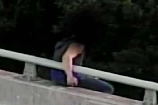 Vídeo comovente mostra momento em que policial abraça homem após desistir de saltar de ponte