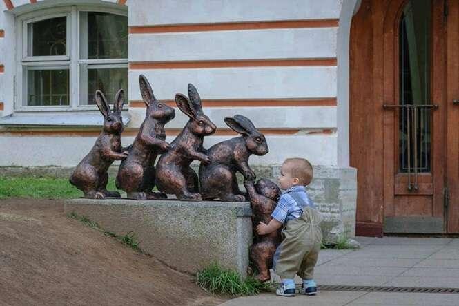 Fotos que mostrar a ingenuidade das crianças interagindo com estátuas