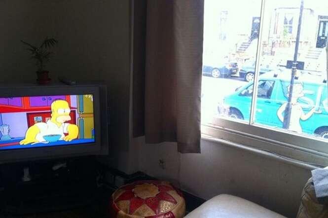 Imagem perfeitamente cronometrada captura momento hilário entre Marge e Homer Simpson