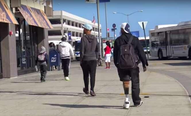 Experimento social coloca carteira no meio da rua, deficiente a encontra e após fazer compras em shopping, surpreende até organizadores do vídeo