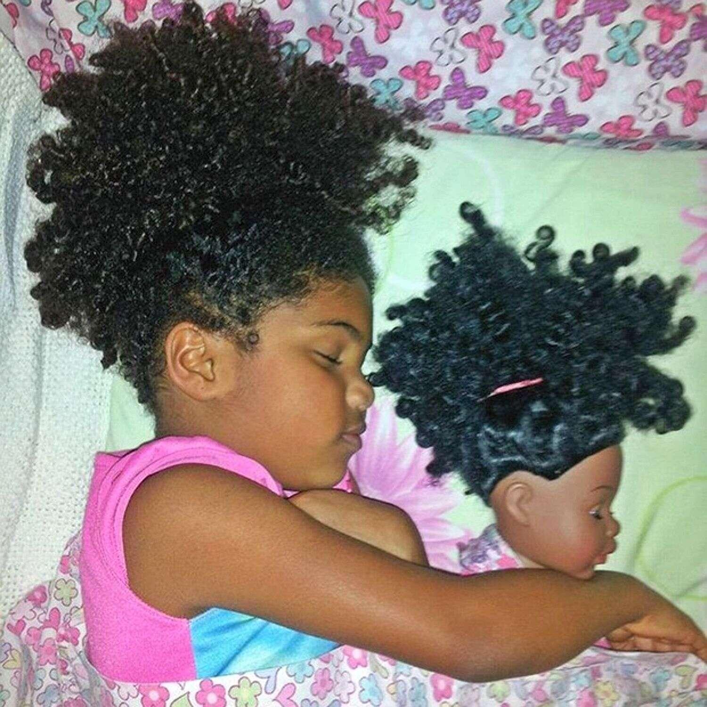 Crianças que são idênticas às suas bonecas preferidas