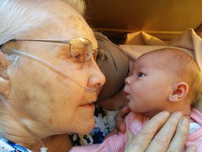 Foto comovente de recém-nascido conhecendo bisavó de 92 anos se torna viral na web
