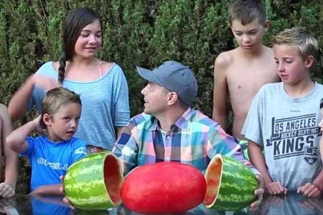 """Engenheiro da NASA ensina como descascar melancia com apenas """"um corte"""""""