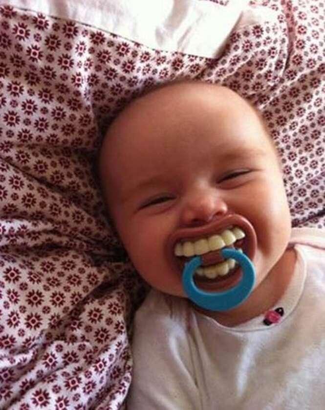 Série de imagens apresenta as chupetas mais engraçadas para bebês usarem