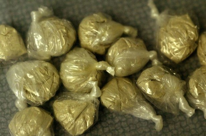 Adolescente é descoberto com 28 pacotes de heroína no ânus pela polícia
