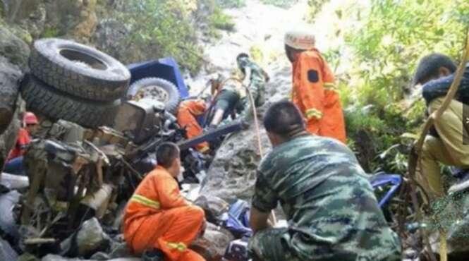 Pai usa últimos instantes de vida para salvar filho o jogando de dentro de carro antes de cair de montanha
