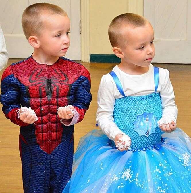 Menino gêmeo ama se vestir como menina e mãe apoia sua decisão