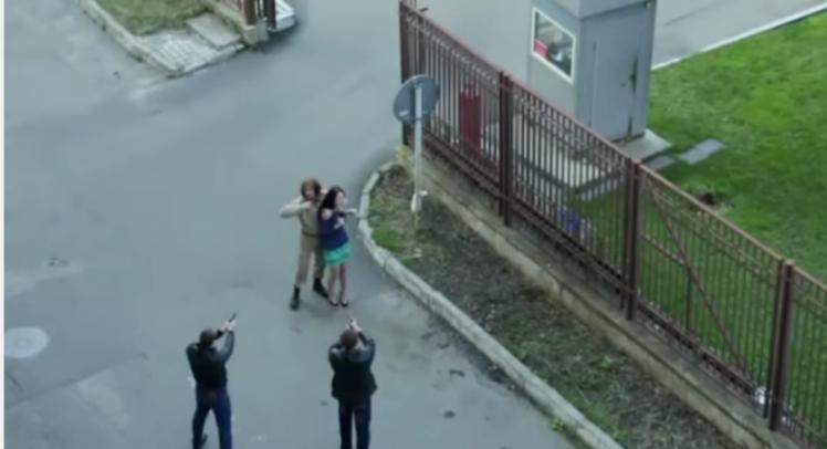 Soldado arrisca a vida para salvar mulher que estava sendo sequestrada... antes de notar que estava em um set de filmagem