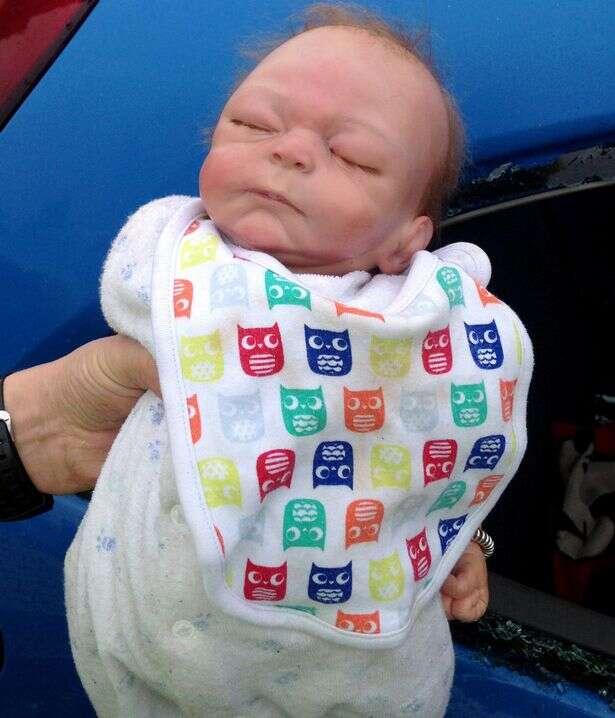 Policiais quebram vidro de carro para salvar bebê preso no interior do veículo e têm enorme surpresa