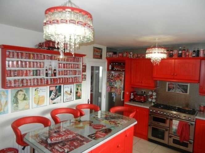 Conheça a casa que é toda mobiliada com garrafas e objetos da Coca-Cola