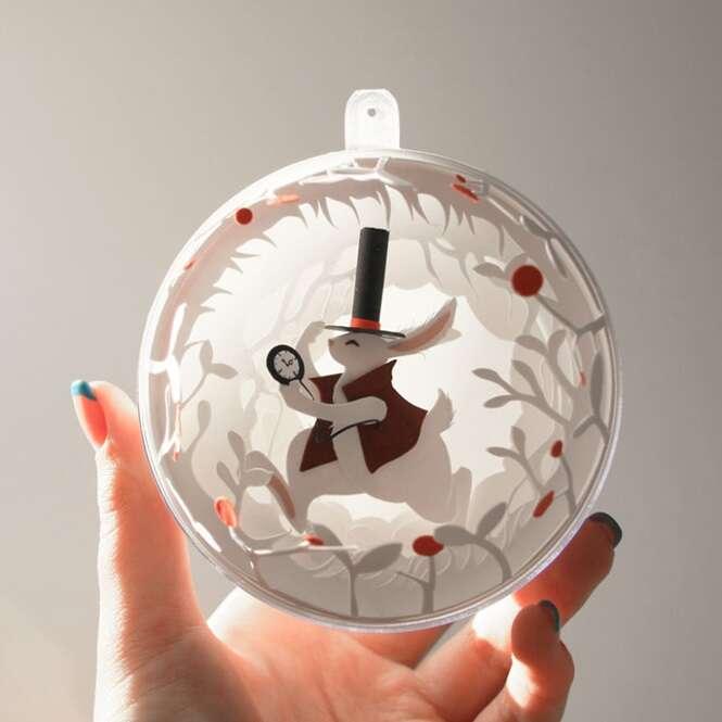 Artista cria peças de decoração de Natal inspiradas em Alice no País das Maravilhas usando apenas papel