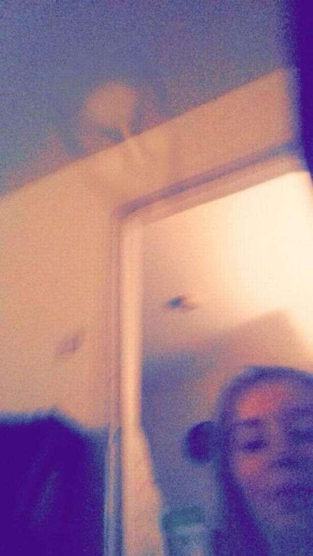 Criança faz selfies com câmera e ao verificar resultado encontra imagem de fantasma