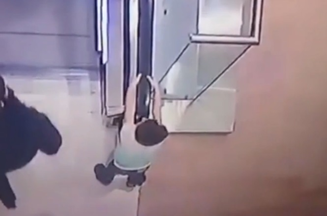 Vídeo chocante mostra momento em que criança mergulha 2 andares enquanto brincava em escada rolante
