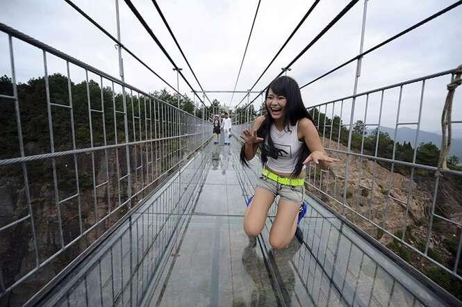 Ponte de vidro a mais de 180 metros de altura é inaugurada na China