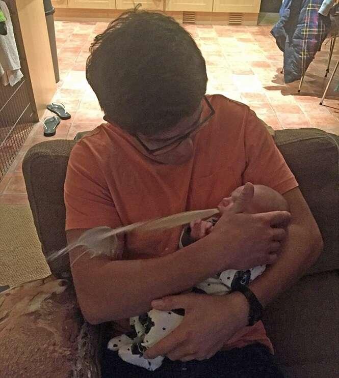 Bebê vomita em amigo de seus pais no exato momento em que era fotografado e imagem se torna viral na web