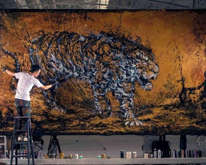 Artista impressiona com técnica de salpicar tintas para criar seus trabalhos